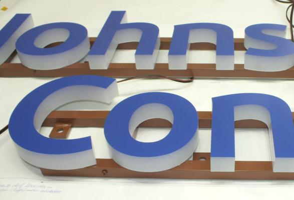 B3D-Studio: Detailfoto LED Buchstaben, 3D Logos, Leuchtbuchstaben, Lichtwerbung, Vollacrylglas LED Buchstaben, Werbetechnik, Werbeanlage, Lichtreklame