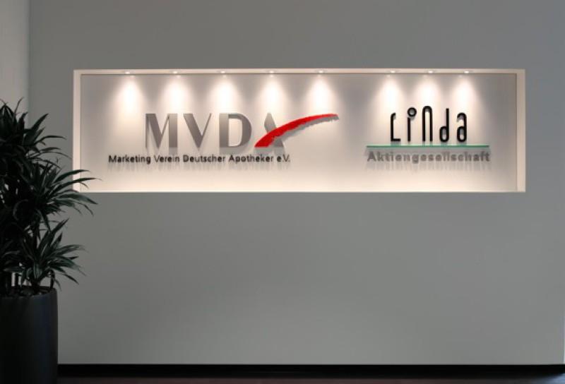 B3D-Studio: Dibondschild mit 3D Buchstaben, 3D Logo aus Acrylglas, Firmenschild, Werbeschild, 3D Schild, Empfangsbereich Schild