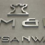 Detail von Logo aus Metall - Plexiglas Sandwich